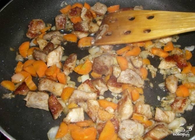 3. Помойте, очистите морковку. Разрежьте ее вдоль, а затем на полукольца. Добавьте к поджарке. Мелко порежьте помидор и отправьте его в сковородку. Когда овощи в поджарке пустили свой сок, необходимо добавить лечо. Тушите на протяжении 5-7 минут.
