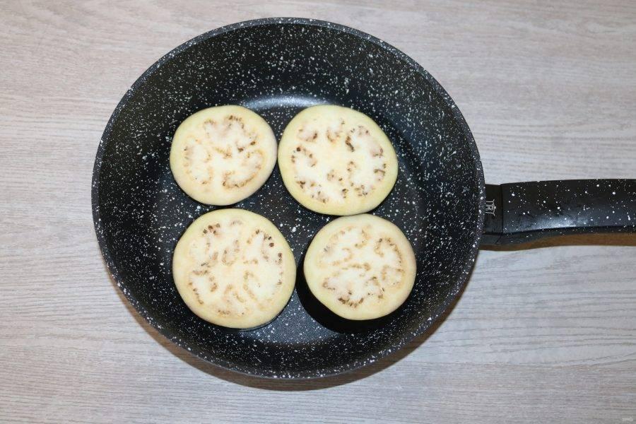 Баклажаны обжарьте на разогретой сковороде с добавлением небольшого количества масла.