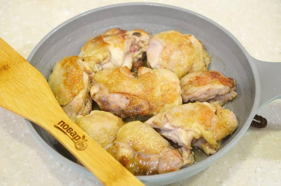 4. Уберите айву из сковороды и обжарьте в ней же курицу по 3-5 минут с каждой стороны.