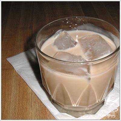 """Заполните стакан льдом, вылейте в него содержимое шейкера. Коварный напиток с приятным запахом и вкусом готов. Это не то, к чему привыкли коренные русские, но для цивилизованной вечеринки """"Белый русский"""" подойдет идеально!"""