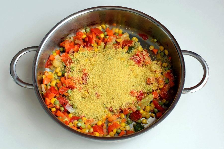 Всыпьте кускус, посолите и залейте кипятком немного ниже уровня овощей и крупы. Дайте закипеть, плотно закройте крышку и отключите нагрев. Дайте начинке остыть, после чего посолите и поперчите по вкусу.