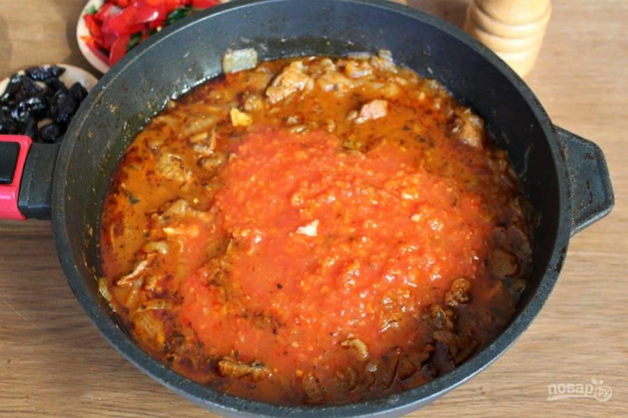 В сотейник наливаем томатный соус.