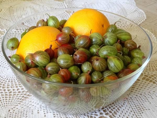 1. Перед вами два основных ингредиента, которые входят в рецепт приготовления варенья по-царски из крыжовника. От апельсина, правда, потребуется только кожица.