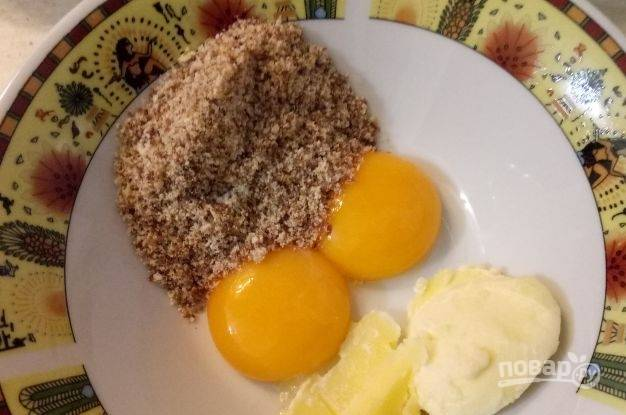 Желтки отделите от белков. Потом разотрите их с маслом, солью и сухарями.