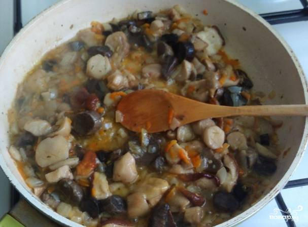 Когда овощи подрумянятся и станут мягкими. Добавьте на сковороду грибочков, порезанных не крупно.