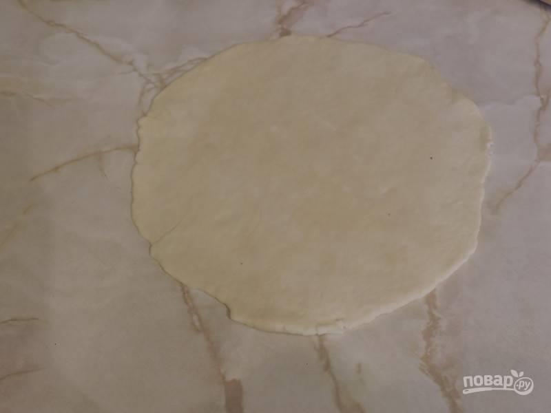11. Аккуратно раскатайте сверху, чтобы получилась ровная лепешка. Разогрейте сковороду. Масло добавлять не нужно!