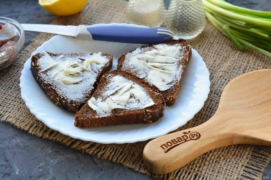 Смажьте хлеб сливочным маслом.