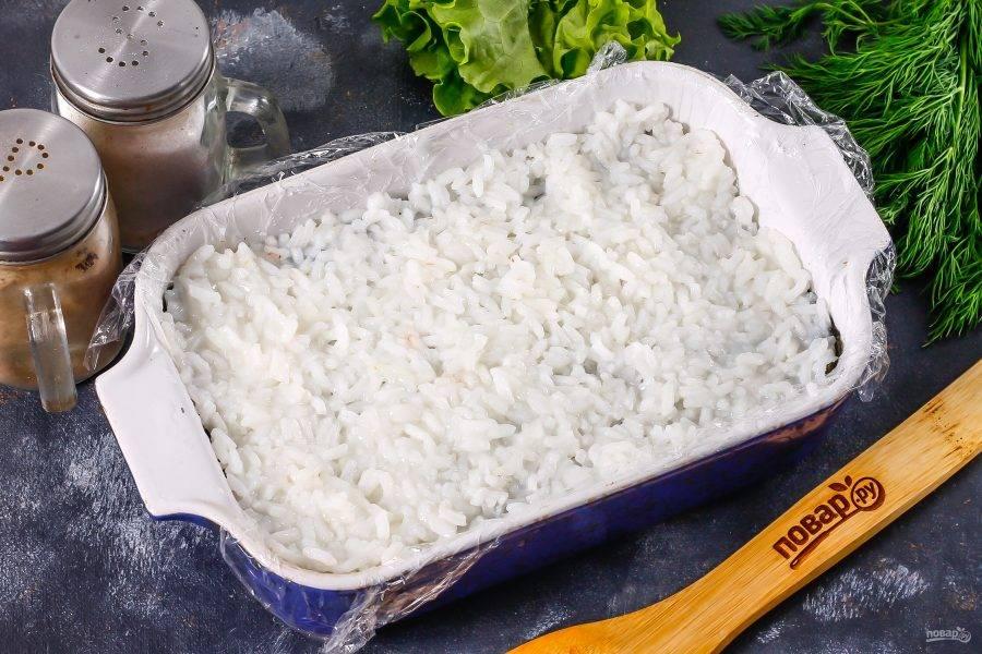 Выложите на нори еще слой риса и поместите в холодильник для пропитывания. Можно накрыть пищевой пленкой.