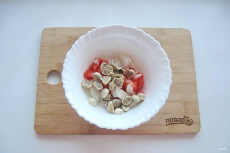 Маринованные шампиньоны нарежьте и выложите в салат.