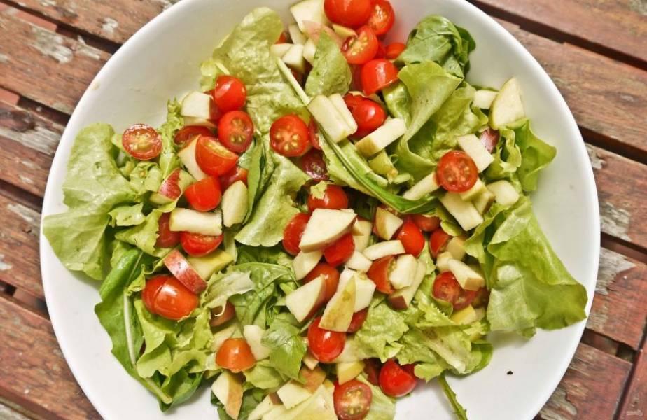 Возьмите пару сладких яблок среднего размера, вымойте их. Кожицу можно не очищать, а вот сердцевину удалить обязательно. Нарежьте яблоки на кубики, добавьте к остальным ингредиентам в миску.