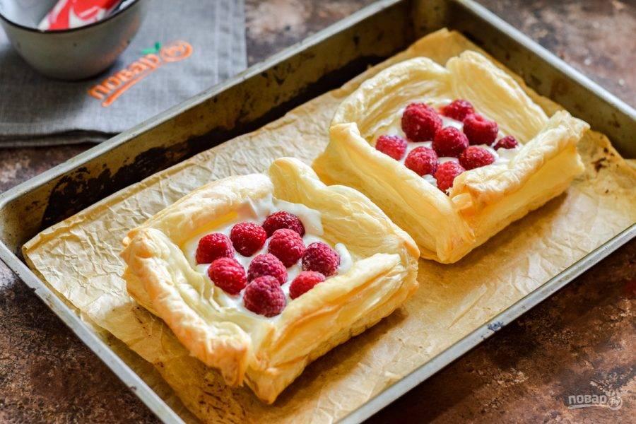 Поверх выложите ягоды малины. По желанию можете использовать любые ягоды на свое усмотрение.