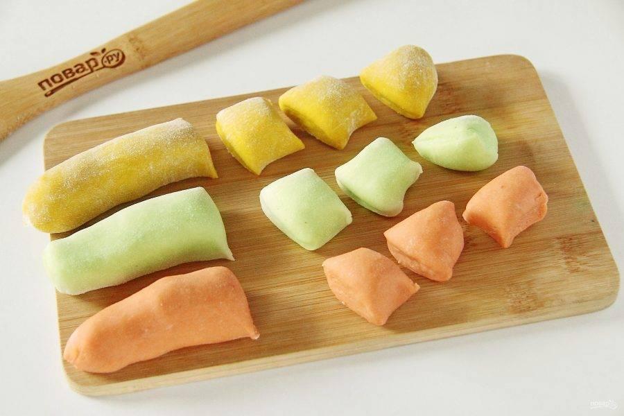 Отрежьте поочередно от каждого вида теста по кусочку и скатайте его колбаской. Нарежьте колбаску на небольшие кусочки.