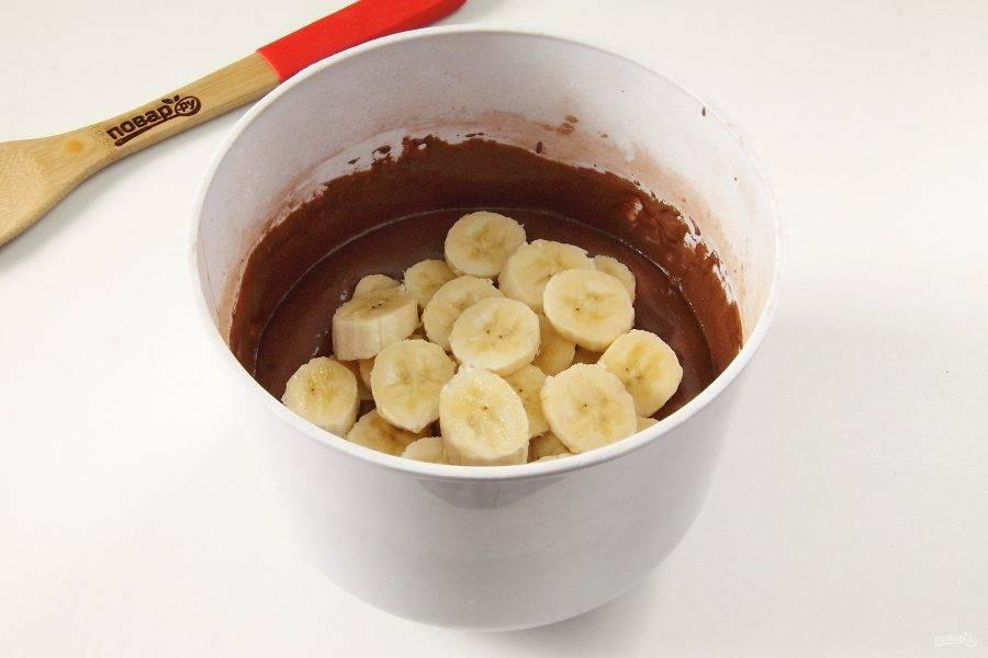 Взбейте все вместе еще раз до однородного состояния и добавьте нарезанные кружочками бананы.