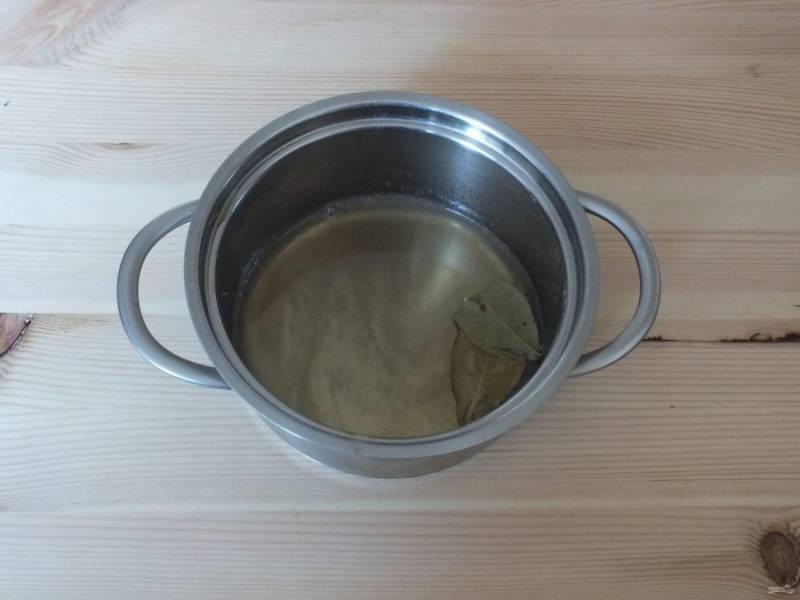 В сотейнике, кастрюле смешайте мёд, уксус, лавровый лист и соль. Доведите до кипения и снимите с огня.