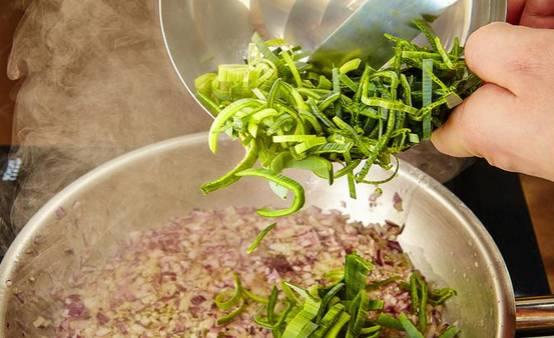 Добавьте лук-порей, сделайте минимальный огонь и жарьте лук около 30 минут.