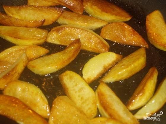 7.Картофель жарим на другой сковороде до готовности.