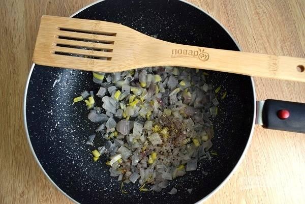 Лук очистите, пассеруйте на разогретом масле до мягкости. Добавьте черный свежемолотый перец, перемешайте.