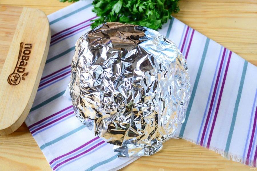 Заверните все в фольгу и отправьте в духовку на 1,5 часа при температуре 180 градусов.