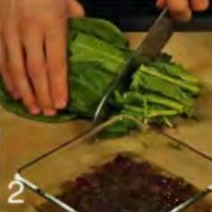 Чеснок очистить, нарезать тонкими пластинами и обжарить вместе с кедровыми орехами в разогретом масле 3 мин. Добавить шпинат и изюм, приправить солью и перцем и готовить, помешивая. 5 мин