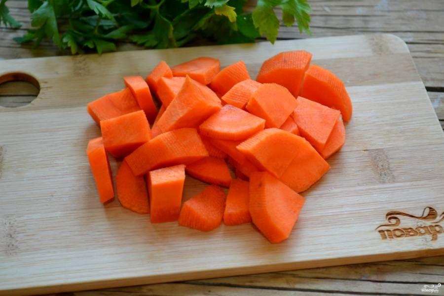 Морковь порежьте кружками, а затем каждый кружок разрежьте на 4 части. Моркови нам нужно много, по количеству она не должна уступать картофелю.