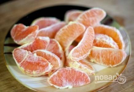 Апельсины почистите, разделите на дольки.