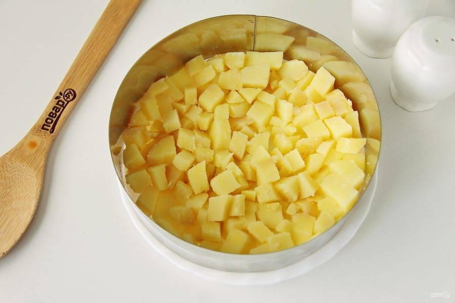 Салат выкладываем слоями, каждый слой смазываем майонезом, соль и перец добавляйте по вкусу. Первы слоем выложите картофель.