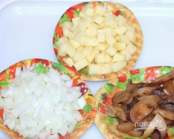 Для начинки вам понадобится картофель, лук и грибы. Картошку почистите, вымойте и нарежьте некрупными кубиками. Лук очистите от шелухи. Также нарежьте его мелкими квадратиками. Грибы, к примеру, шампиньоны, вымойте и нарежьте пластинками.