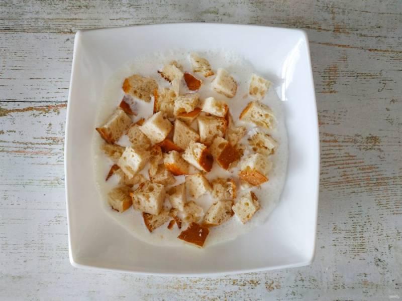Лепешку порежьте или порвите на небольшие кусочки, выложите поверх соуса.
