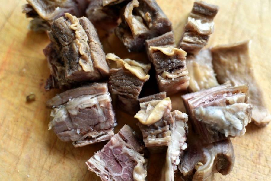 Сварите бульон, залив говядину 2 литрами воды. Процедите бульон, мясо нарежьте кусочками.