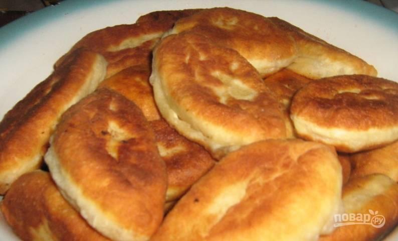 Готовые пирожки выложите на салфетку, чтобы удалить лишнее масло. Приятного аппетита!