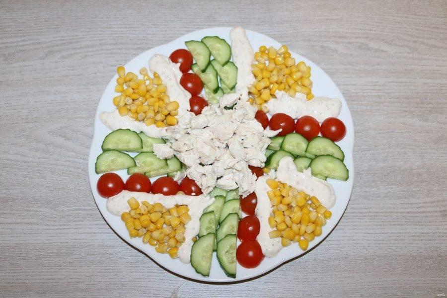 Выложите соус полосками возле кукурузы.