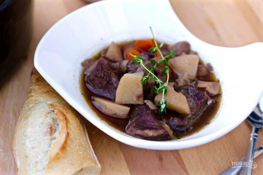 10.Достаньте кастрюлю из духовки, посолите и поперчите. Подавайте говядину с овощами и насыщенным бульоном. Приятного аппетита!