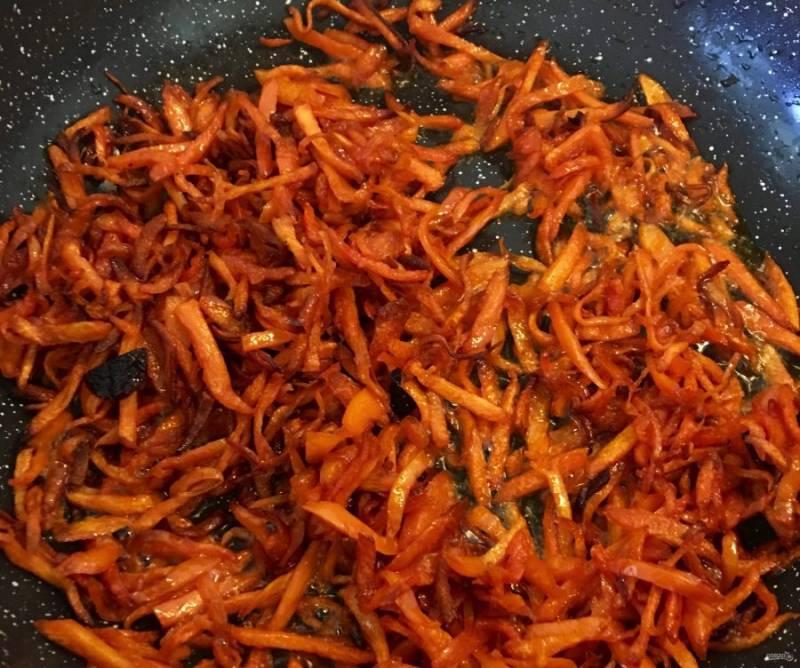 1.Очистите лук и нарежьте его тонкими полукольцами. Очистите морковь и нарежьте ее тонкой соломкой. Вымойте говядину и нарежьте мясо тонкими полосками. Обжарьте лук, морковь и мясо по отдельности с добавлением растительного масла.
