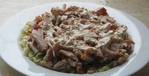 Уложите слой копченной курицы. Тоже смажьте немного майонезом.