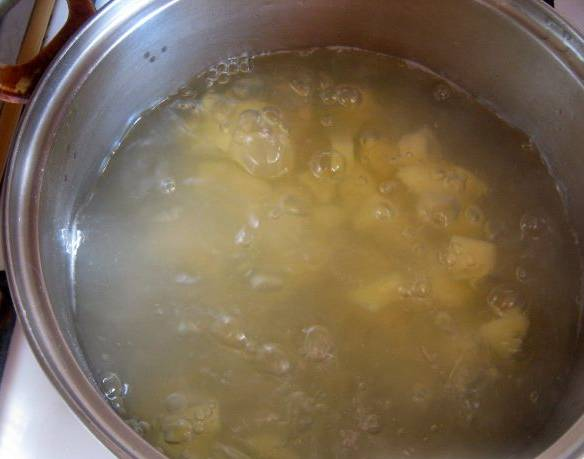 1. Картошку и кабачок очищаем от кожуры, режем кусочками, заливаем водой или бульоном и ставим на плиту.