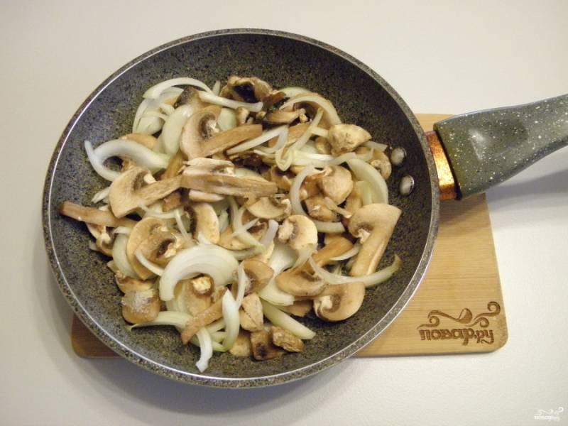 Пока тесто размораживается, порежьте лук и грибы, если свежие. Я делала пиццу из замороженных, их подготавливать и размораживать не нужно. На сковороде с ложкой растительного масла поджарьте лук и грибы до готовности. Посолите по вкусу.