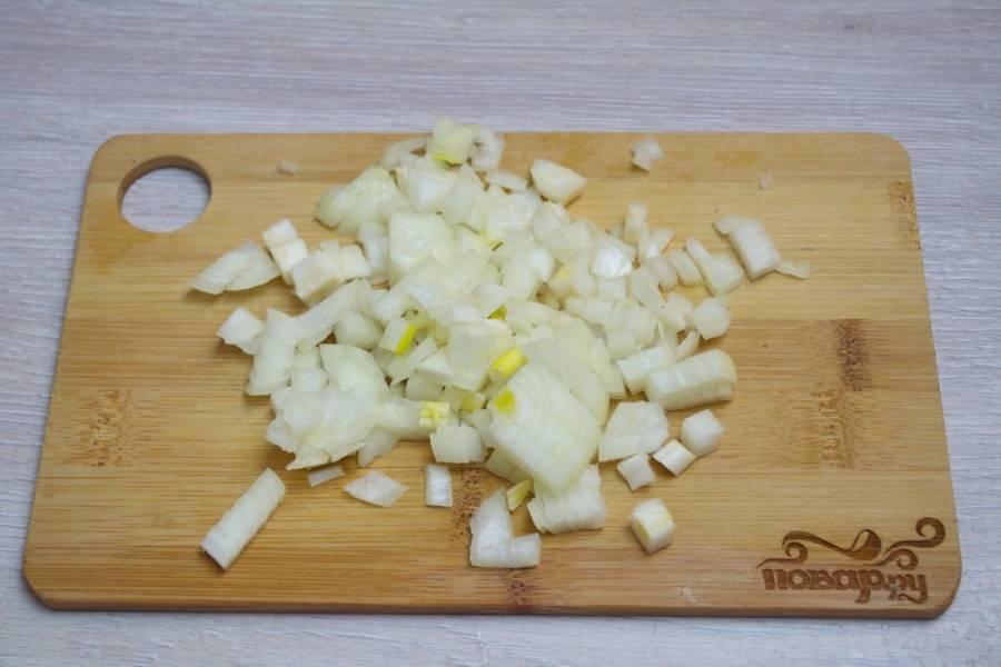 2. Репчатый лук нарезаем небольшими кубиками. Лук обжариваем на сковороде с добавлением растительного масла.