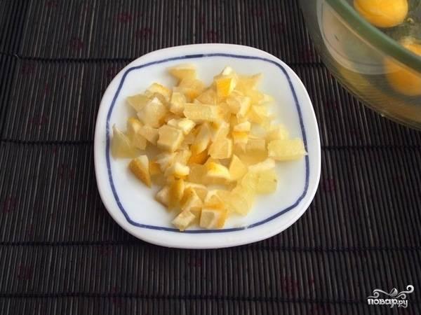 1.Один лимон хорошенько вымойте и ошпарьте кипятком. Нарежьте его мелкими кубиками. Можно измельчить его в блендере, но здесь главное не перестараться.
