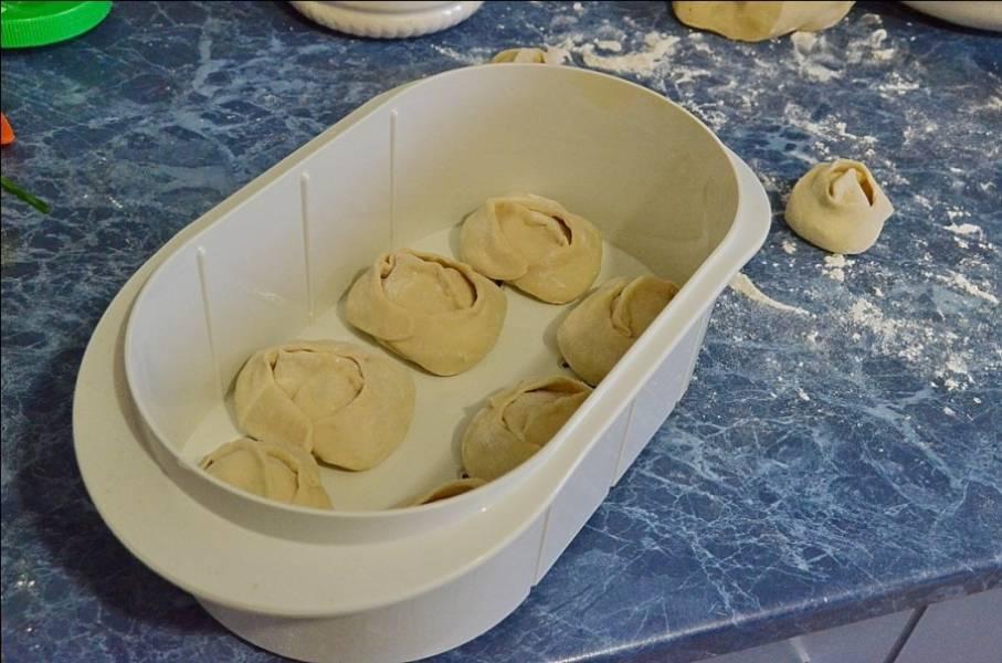 8. Дно пароварки или мантоварки смазать маслом и выложить туда слепленные манты. Примерно через 25 минут манты с творогом в домашних условиях будут готовы и можно будет подавать к столу.