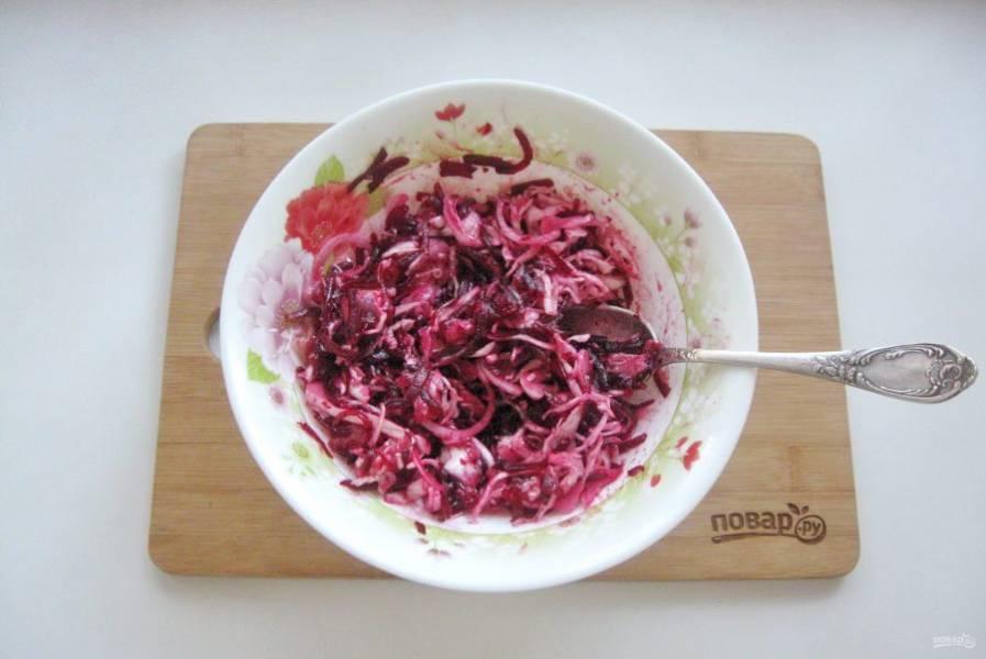 Заправьте салат подсолнечным маслом и уксусом. Перемешайте все ингредиенты.