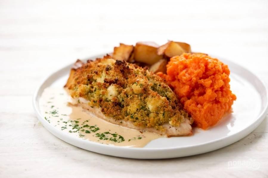 6. Подавайте курицу с пюре и картофелем, полив её соусом. Приятного аппетита!