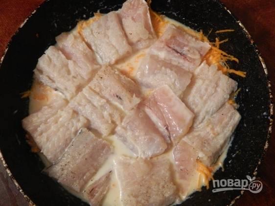 Затем выкладываем рыбное филе, посолим и заливаем все молоком.