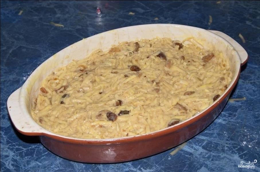 Форму, в которой будете запекать бабку, смажьте растительным маслом или топлёным жиром. В оригинальном рецепте форма смазывается жиром. Накройте форму фольгой и отправьте в духовку, разогретую до 200 градусов, на 40 минут.