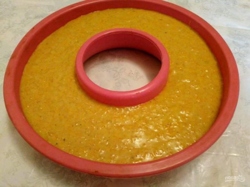 Выложите готовое тесто в подготовленную форму для выпечки и поместите в разогретую до 170-180 градусов духовку на 45-50 минут.