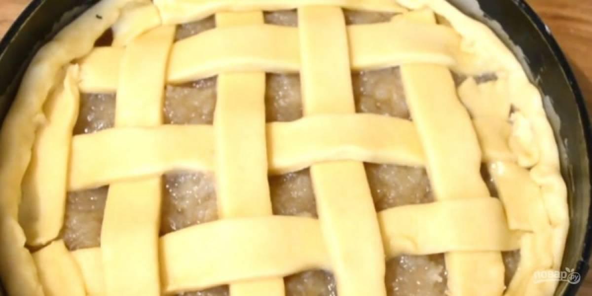 6. Украсьте пирог плетенкой из полосок теста. Отправьте форму в разогретую до 190 градусов духовку на 25-30 минут. Остудите пирог и посыпьте сахарной пудрой. Приятного аппетита!