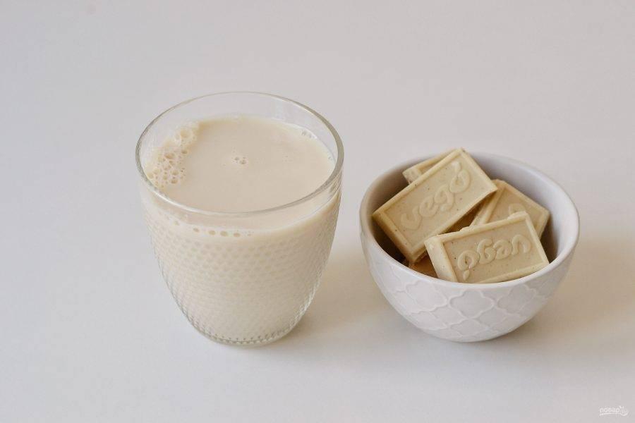 Подготовьте молоко и белый шоколад.