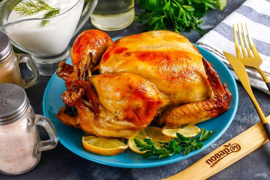 Извлеките форму из духовки, цыпленка — из рукава и выложите на тарелку. Подайте к столу горячим!
