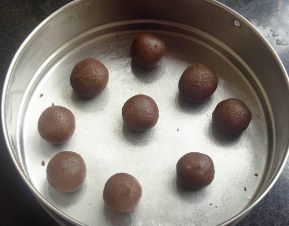 Отделяя примерно равные порции теста, делайте из него шарики. Проделывайте это со всем тестом, выложите шарики на плоский поднос или противень и отправьте в холодильник на пару часов. После того, как пирожные охладятся, их можно доставать и подавать к столу. Наслаждайтесь!