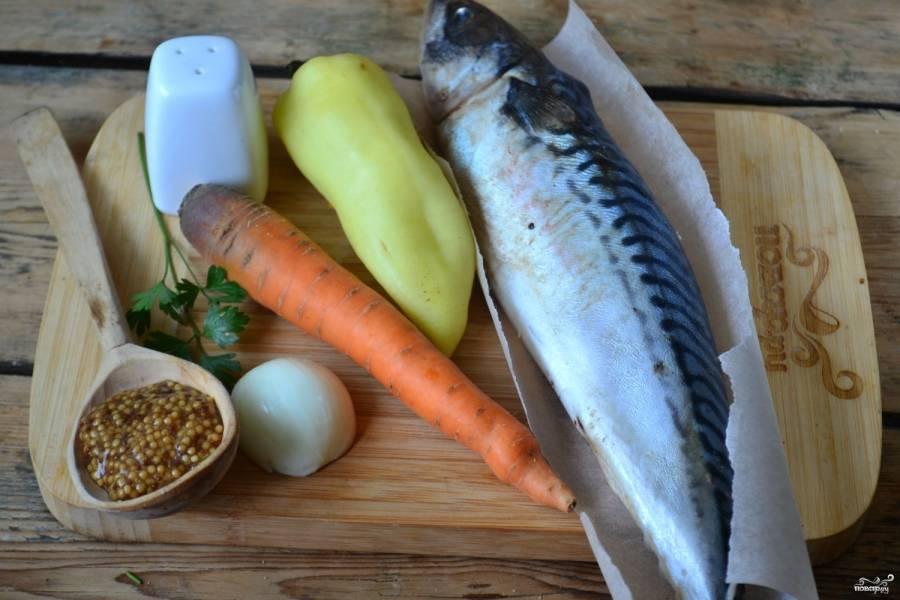 Подготовьте все необходимые ингредиенты. Морковь и лук очистите, перец очистите от семян и плодоножки и ополосните.