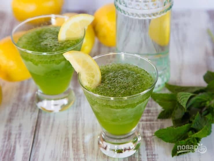 3. Разлейте получившуюся смесь на 4 стакана, подливая холодную воду. Добавьте дольку лимона для украшения. Наслаждайтесь!